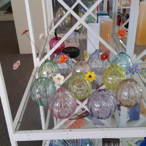 Mine keramikblomster i pustede glas vaser af Iben Kielberg-