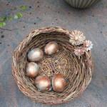 flettet kurv med æg og keramikblomster