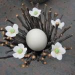 gåseæg omkranset af blommegre og porcelænsblomster