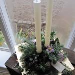 lysdekoration med lilla blomster