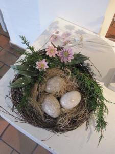rede med æg i raku og keramikblomster og blade
