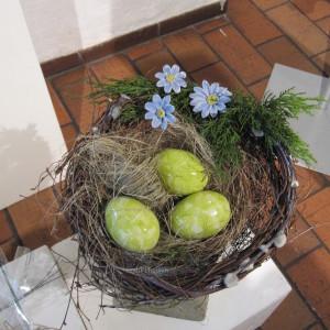 rede med keramik påskeæg og keramik blomster i nye farver