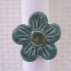 Blomsterring i stentøj, stenstøjsglasur og ring i sterling sølv.