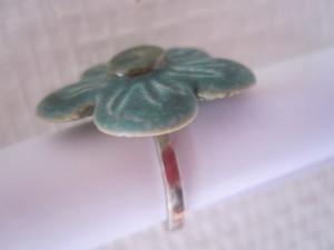 Blomsterring i stentøj, stenstøjsglasur og ringi sterling sølv